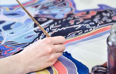 La peinture et le foulard peint main